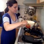 Emmeline Manzur durante la preparación de un ceviche de champiñones y unos tomates rellenos con carne de soya y arroz.