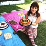 Sarah Vélez muestra orgullosa la tarta de frutas que preparó. Ella aporta al veganismo con la venta de postres hechos completamente con productos vegetales.