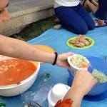 Emmeline Manzur en la preparación del encebollado de yuca. Ella aplica el veganismo en su vida desde el 2007.