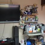 El cuarto de Andrés Milán luce desordenado, pero el espacio para sus videojuegos se mantiene pulcro.