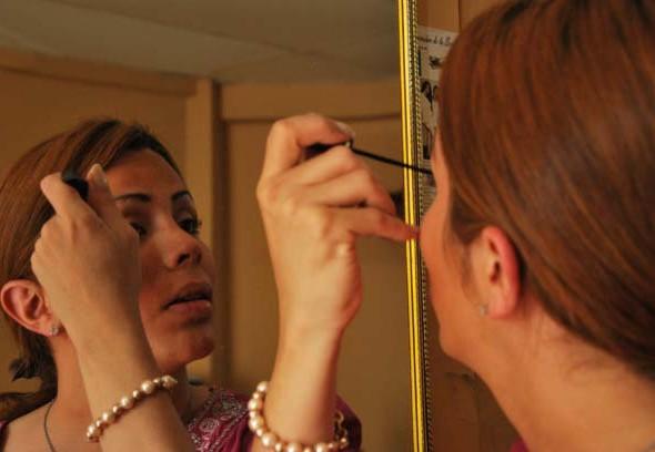 María Sol se aplica rimel en las pestañas.