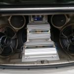 En la cajuela del Kia Cerato 2006, modificado por Daniel Scarpa, se observa los elementos para un mejor sonido en el interior del auto.