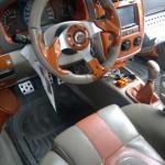El volante, el asiento y los pedales del Kia Cerato 2006 modificados.