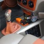El Kia Cerato 2006 con palanca de cambio y mascarilla modificados.