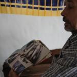 Daniel Scarpa tiene revistas sobre autos tuning editados en Argentina de donde observa modelos que le sirve para mejorar sus creaciones.