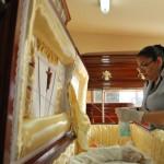 Katiria Mejía empieza a maquillar en la funeraria Alain Alache.