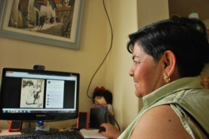 Norma Cepeda mira la foto de su padre que tiene en su cuenta Facebook. Su padre falleció hace cuatro meses.