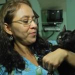 La gata Asís junto a la veterinaria Carmen Lara.