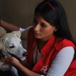 Jordana Valverde junto Blanquita, a quien encontró mientras recorría la ciudad. La perrita necesita alguien que la adopte.