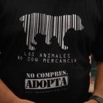 Una de las camisetas que se vendieron para recaudar fondos para la fundación Rescate Animal.