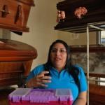 Katiria Mejía muestra su caja de maquillaje con la que trabaja en la funeraria Alain Alache.